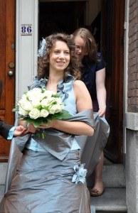Bruid Anke in haar gekleurde trouwjurk van Leijten