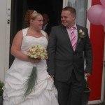 Bruid Christina en haar man in Amsterdam nadat hij zijn bruid heeft opgehaald.