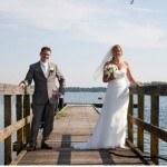 Bruidspaar Mariska en haar man in Heerhugowaard op een steiger bij het water