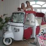 onze Bruiden, twee schitterende bruiden in een Tuk tuk op de bruidsbeurs