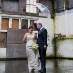 Bruid Wendy en haar man in de regen, ondanks de regen zijn ze samen heel gelukkig als pasgetrouwd stel