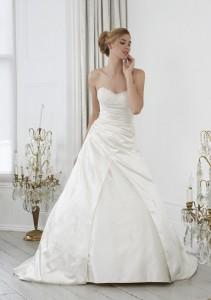 satijnen outlet trouwjurk maat 46 48, Maatje meer trouwjurk, grote maat trouwjurk, bruidsmode maatje meer, volslanke bruid