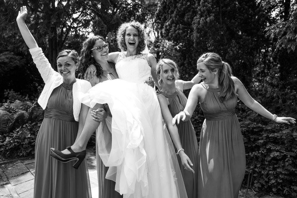 bruid met volwassen bruidsmeisjes