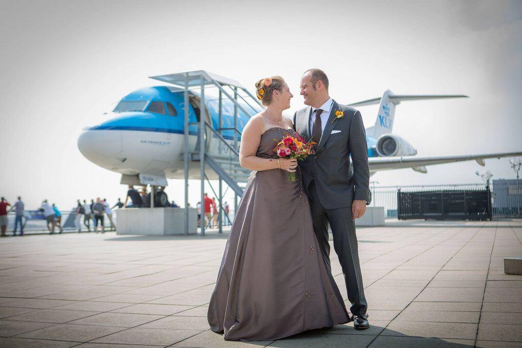 trouwen op schiphol, bruid bij een vliegtuig