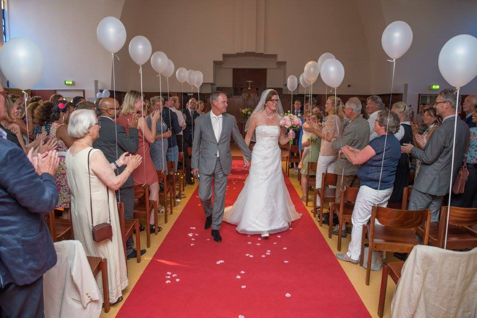 Bruidspaar op weg naar het altaar